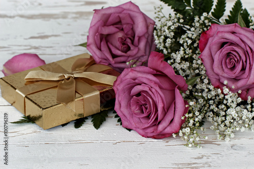 goldene geschenkbox mit rosen immagini e fotografie. Black Bedroom Furniture Sets. Home Design Ideas