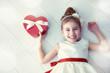 Obrazy na płótnie, fototapety, zdjęcia, fotoobrazy drukowane : girl with red gift box