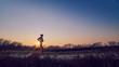 ragazza atletica si allena all'aperto su terra di sera