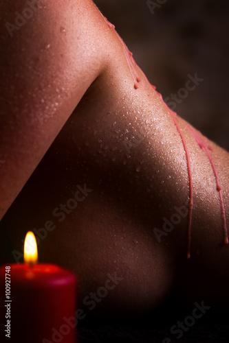 schöner weiblicher Rücken mit rotem Wachs und Kerze Poster