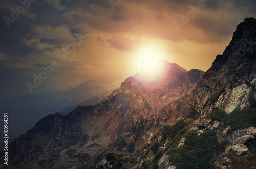 Górskie szczyty Kaukazu w Krasnaja Polana, wieś Rosa Khutor, zimowy ośrodek narciarski w Soczi, Kraj Krasnodarski, Rosja