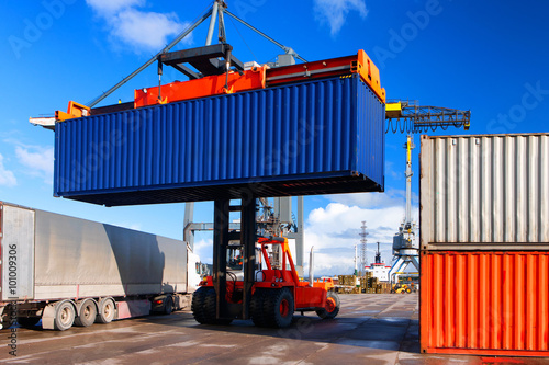 Loading and unloading of containers in the port