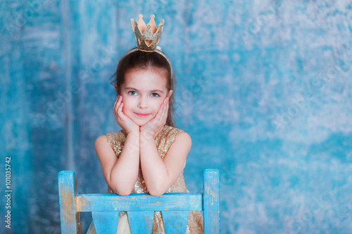 Plakat Girl dressed as princess with a crown looking at the camera