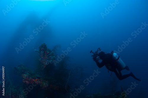 Papiers peints Naufrage Underwater photographer exploring wreck ship in the deep.