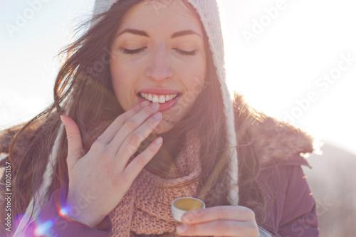Les femmes en plein air en prenant soin des lèvres Poster