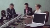 Бизнесмены на презентации в современном конференц-зале  с мультимедийным оборудованием