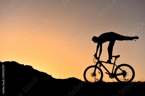 Poszter sıradışı bisikletçi silüet