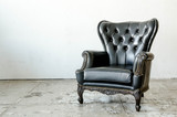 Fototapety Black genuine leather classical style sofa in vintage room
