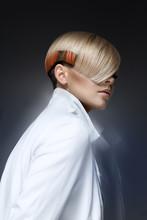 Blond modelka z nowoczesnych hairtyle
