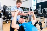 Fototapety Trainer betreut Senior beim Hantelt Training und Sport