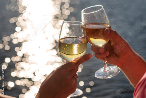 Plakat Happy couple drinks champagne on a yacht