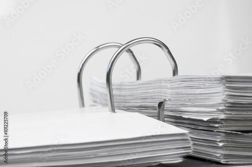 Akten Ordner mit Schriftstücken im Büro © kelifamily