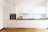 cucina bianca in appartamento pulito e nuovo