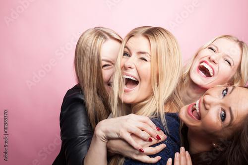 canvas print picture Gruppe junger Frauen macht Partyfoto