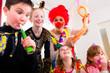 Obrazy na płótnie, fototapety, zdjęcia, fotoobrazy drukowane : Kindergeburtstag mit Clown und Lärm