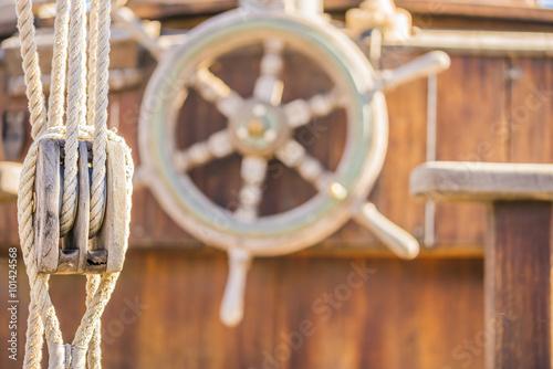Fotobehang Schip Altes Segelboot Talje Takelage Steuerrad Nostalgisch