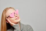 Fototapety Nachdenkliche Frau mit Herzen vor den Augen