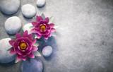 Fototapety 2 Lotusblüten mit Steinen