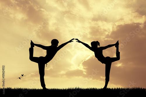 Poster Paar Yoga bei Sonnenuntergang tun