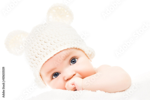 mata magnetyczna Baby wearing a knit hat with bear ears