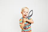Kind singt mit Notenschlüssel in der Hand
