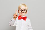 Kind mit Brille hat eine Idee - 101653314