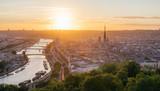Panorama de la ville de Rouen au soleil couchant avec la Seine et la cathédrale. Pris de la côte Sainte-Catherine