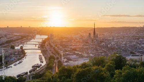 Papiers peints Cappuccino Panorama de la ville de Rouen au soleil couchant avec la Seine et la cathédrale. Pris de la côte Sainte-Catherine