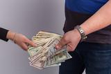Dólar billetes en las manos 2.