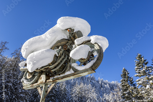 verschneites Motorrad, Fernpaß Strasse, Tirol, Österreich