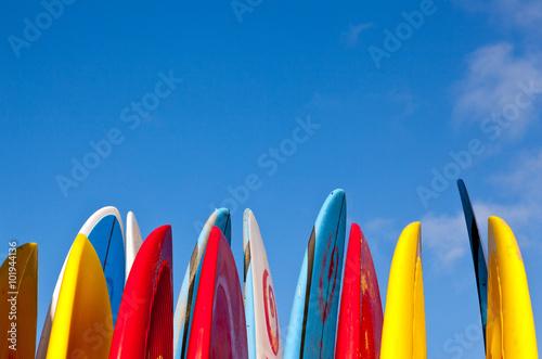 pile de planches de surf avec du sable sur la surface poster affiche acheter le sur. Black Bedroom Furniture Sets. Home Design Ideas