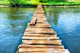 Stary drewniany most przez rzekę
