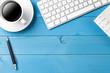 Schreibtisch mit Kaffee, Tastatur und Kalender