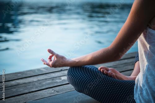 Poster Meditation Detail. Frau durch den See zu meditieren