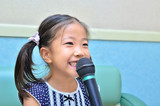楽しく歌う女の子(カラオケ)