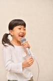 楽しく歌う女の子