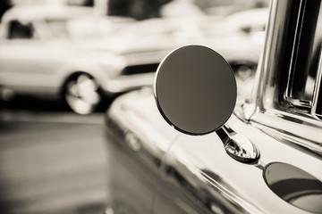 Klasyczny samochód fotografowane z boku.