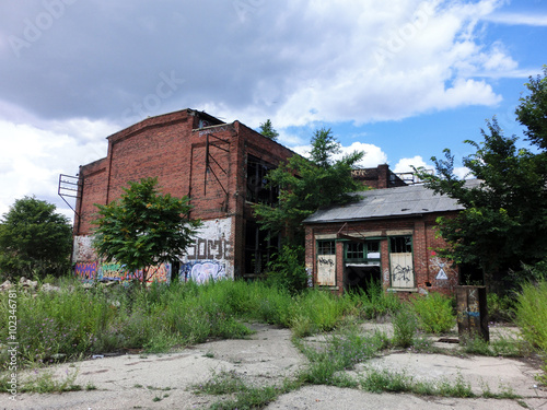 Papiers peints Les vieux bâtiments abandonnés Abandoned brick warehouse building exterior view - landscape photo