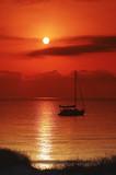 voilier sur littoral mediterranéen