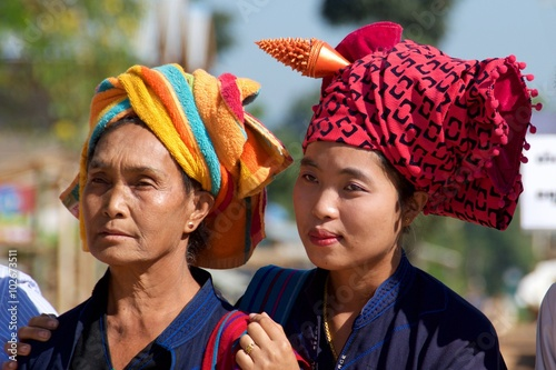 Poster Shan Women in their traditional head wraps in Inle Lake, Myanmar