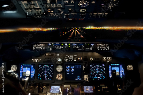 mata magnetyczna Final approach at night - landing plane flight deck view