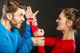 muž manžel bojuje s ženou manželkou násilím
