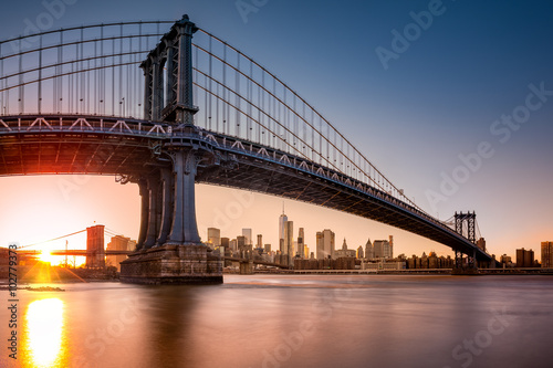 Leinwand Poster Manhattan Bridge framing New York skyline at sunset