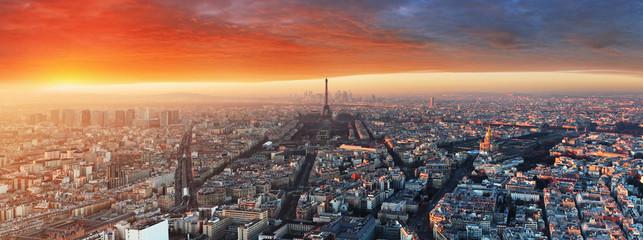Panorama mista Paryża o zachodzie słońca