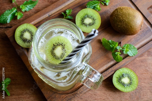"kiwi soda and mint in a glass on a wooden background."" Imagens e ..."