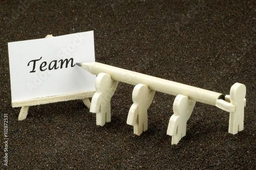 figuren aus holz schreiben das wort team auf eine wei e. Black Bedroom Furniture Sets. Home Design Ideas
