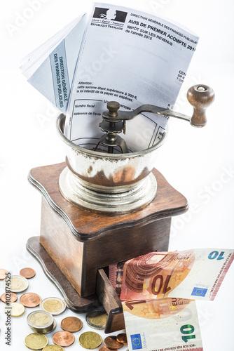 trop d 39 imp ts feuille de d claration dans un moulin caf et de l 39 argent stockfotos und. Black Bedroom Furniture Sets. Home Design Ideas