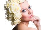 attraktive junge Frau mit Rosenkopfschmuck