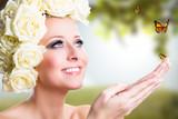 junge blonde Frau mit Schmetterlingen