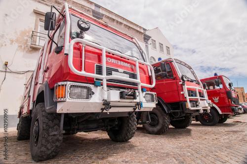 Szeroki perspektywiczny widok kilka samochody strażaccy parkować w Faro mieście, Portugalia.